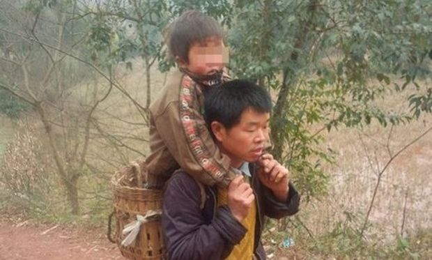 Eνας μπαμπάς ήρωας! Διανύει καθημερινά 10 μίλια με τον ανάπηρο γιο του στην πλάτη για να τον πάει σχολείο (εικόνες)