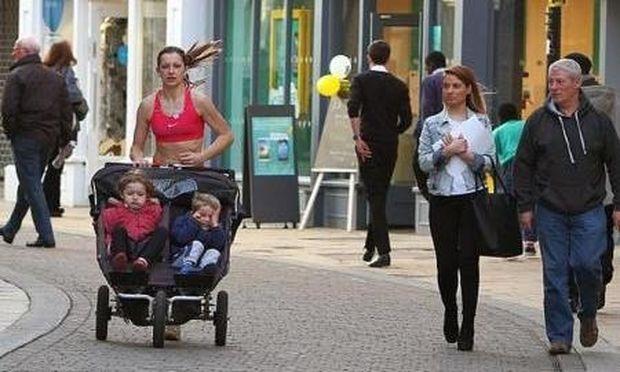 Τρίτεκνη σούπερ μαμά το 'ριξε στο τζόκινγκ με το καρότσι των παιδιών για να χάσει τα κιλά της εγκυμοσύνης! (εικόνες)