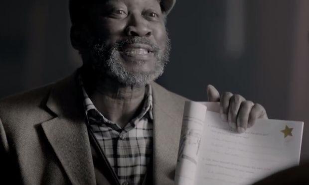 Ηλικιωμένος έμαθε την αλφάβητο για να διαβάσει το βιβλίο του γιου του (βίντεο)