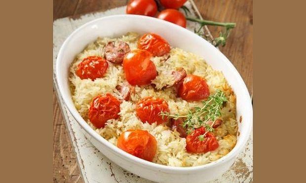 Συνταγή για πεντανόστιμο ρύζι φούρνου με ντοματίνια και λουκάνικο