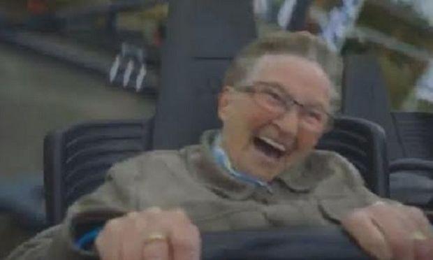 Να τι γίνεται όταν η γιαγιά μπαίνει για πρώτη φορά σε τρενάκι λούνα παρκ! (βίντεο)