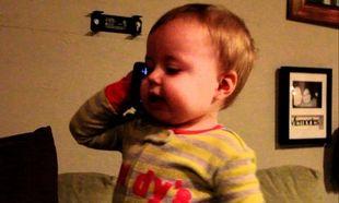 Υψηλές συζήτησεις! Οταν το μωρό μιλάει στο τηλέφωνο με τον μπαμπά (βίντεο)