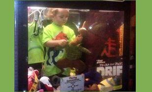 Τρίχρονος βρέθηκε μέσα σε μηχανή για κούκλες