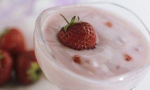 Συνταγή για επιδόρπιο γιαουρτιού με φράουλες και μέλι!