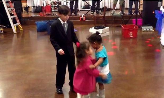 Αυτός ο πιτσιρικάς έχει όλα τα κορίτσια στα πόδια του! (βίντεο)