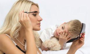 «Είδα το γιο μου να χρησιμοποιεί τα καλλυντικά μου. Tι σημαίνει αυτό;». Γράφει ο Θάνος Ασκητής