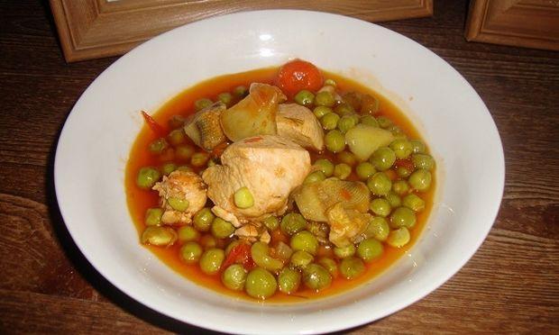 Συνταγή για τρυφερό κοτόπουλο με καρότα και αρακά