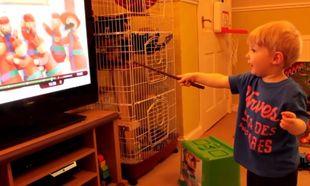 Ο πιο τρομερός μάγος! Σταματάει την τηλεόραση με το μαγικό του ραβδί (βίντεο)