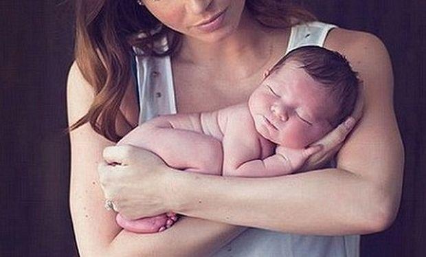 Πόσο τρυφερό! Η διάσημη μαμά μας συστήνει το νεογέννητο μωράκι της! (εικόνες)