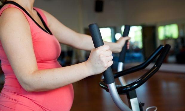 Εδιωξαν έγκυο γυναίκα από γυμναστήριο γιατί η κοιλιά της «κρεμόταν» έξω!