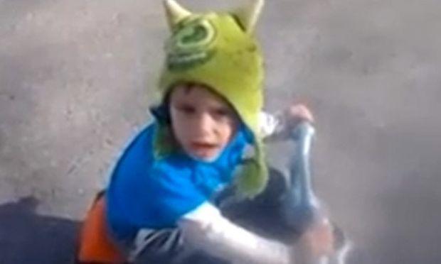 Αγοράκι ψάχνει το καπέλο του, ενώ το φοράει! (βίντεο)