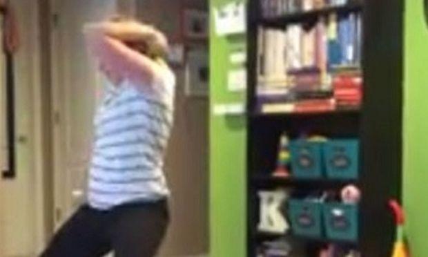 Δε θα πιστέψετε τι γίνεται όταν η μαμά χορεύει κι η κόρη της περνάει από δίπλα της! (βίντεο)