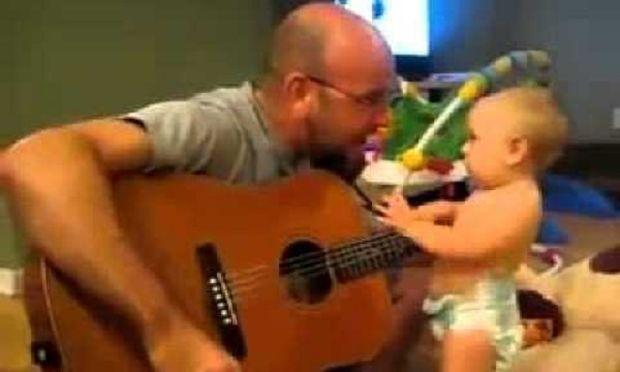 Ο μπαμπάς παίζει κιθάρα και το μωρό εκστασιάζεται! (βίντεο)