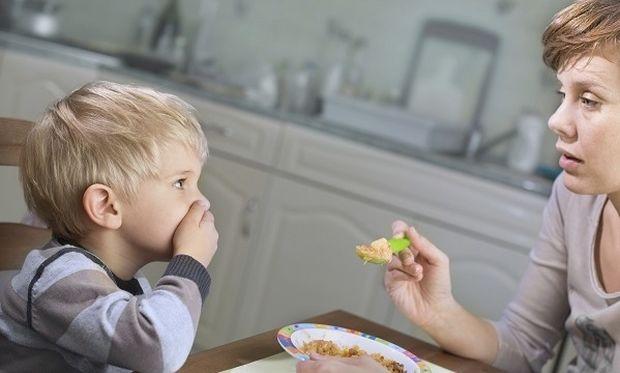 «Πιέζω το παιδί μου να αδειάζει πάντα το πιάτο του…Είναι σωστό;» Από τη διατροφολόγο Ευσταθία Παπαδά