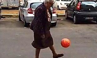 Αυτή η γιαγιά βάζει κάτω πολλούς πιτσιρικάδες! Δείτε τον λόγο! (βίντεο)