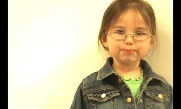 Η 3χρονη τραγουδάει «Χρόνια Πολλά» στη μαμά της με ένα διαφορετικό τρόπο! (βίντεο)