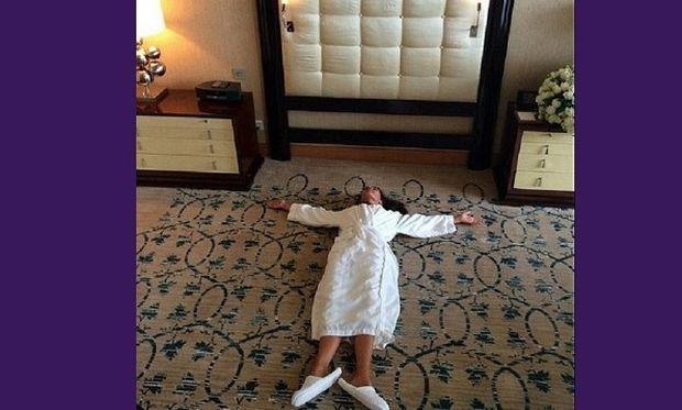 Στο πάτωμα μόνο με το μπουρνούζι και τεράστιες παντόφλες! Την αναγνωρίσατε; (εικόνες)
