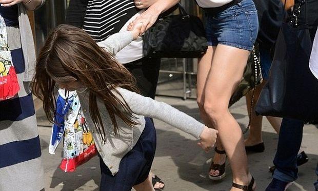 Ποιο είναι το κοριτσάκι που τραβάει από το χέρι την διάσημη μαμά του;