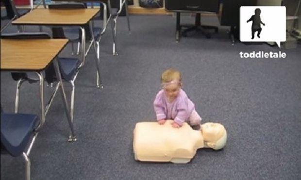 Μωράκι κάνει ασκήσεις τεχνητής αναπνοής! (βίντεο)