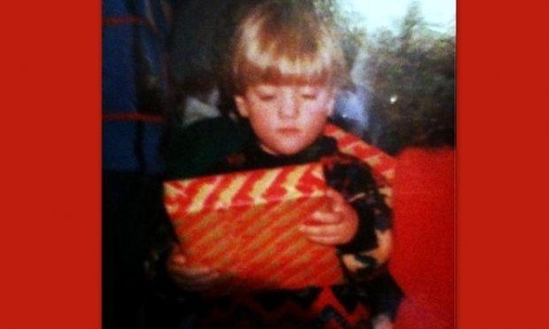 Αναγνωρίζετε το αγόρι της φωτογραφίας; Είναι αγαπημένος τραγουδιστής και σήμερα έχει γιορτή και γενέθλια!