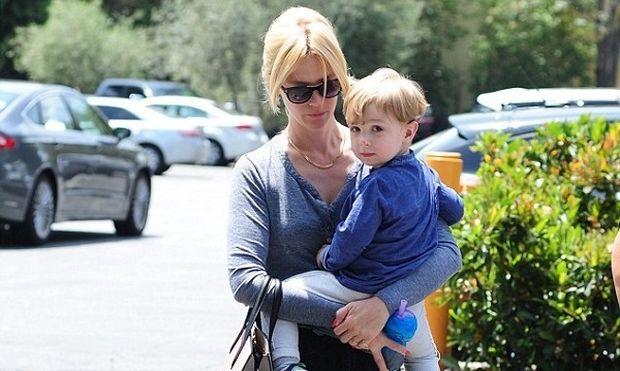 Η Τζανουάρι Τζόουνς βόλτα με τον 2χρονο γιο της