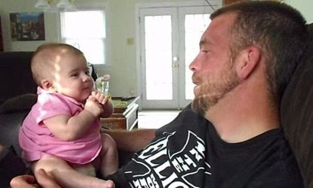 Τον έκανε αλοιφή! Είναι μόλις 2 μηνών κι είπε στον μπαμπά της «Σ'αγαπώ»! (βίντεο)