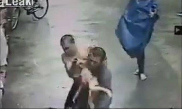 Απίστευτο! Αντρας σώζει παιδάκι που πέφτει από το μπαλκόνι! (βίντεο)