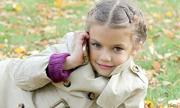 Ποια είναι η κατάλληλη ηλικία για να αγοράσω στο παιδί μου κινητό τηλέφωνο;