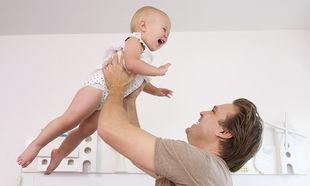 Θα «λιώσετε» με αυτό το μωράκι που ξεκαρδίζεται στα γέλια! (βίντεο)