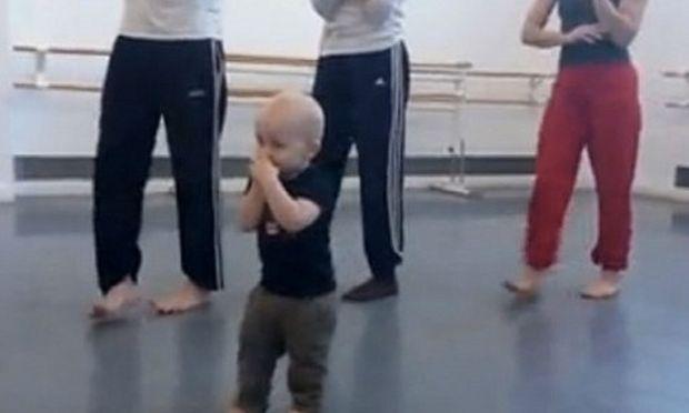 Κι όμως! Αυτό το μωρό κάνει μάθημα σε ομάδα χορευτών! (βίντεο)