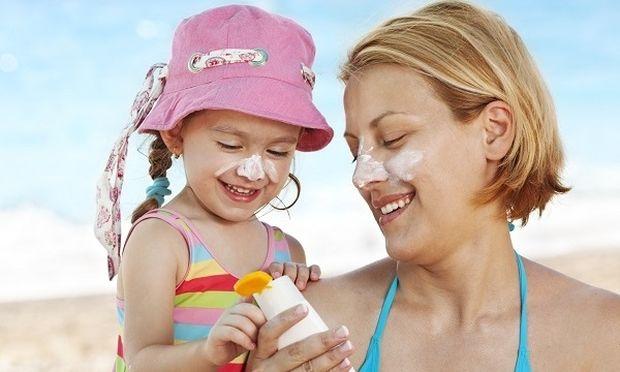 Ολα όσα πρέπει να κάνετε για να προστατεύστε το παιδί σας απέναντι στον ήλιο!