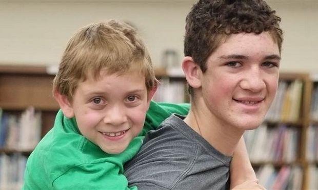 14χρονος κουβάλησε στην πλάτη τον μικρό του αδερφό που πάσχει από εγκεφαλική παράλυση για 40 χλμ! (εικόνες και βίντεο)