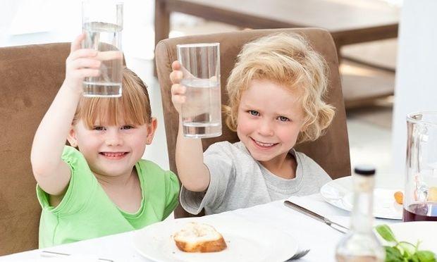 Μόνο το νερό είναι το ιδανικό ποτό για τα παιδιά λένε οι ειδικοί και απαγορεύουν τα αναψυκτικά