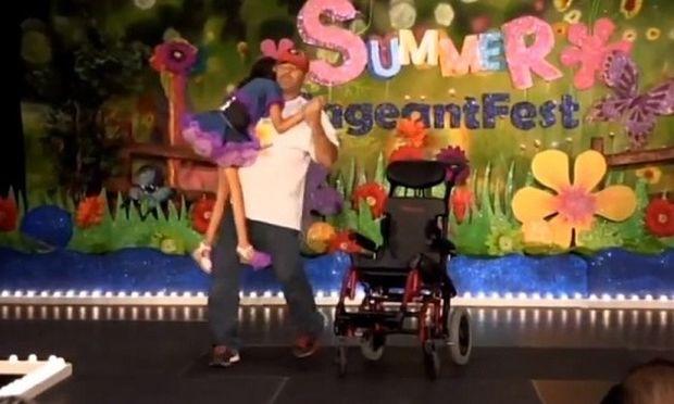 Πατέρας «χορεύει» με την ανάπηρη κορούλα του προκαλώντας δάκρυα συγκίνησης (βίντεο)