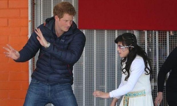 Ο πρίγκιπας Χάρι δίπλα στα παιδιά με ειδικές ανάγκες. Χόρεψε μαζί τους! (εικόνες)