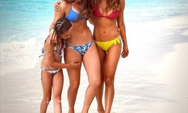 Βρείτε ποια είναι η μαμά! Αυτή με το μπλε ή αυτή με το κίτρινο μπικίνι;