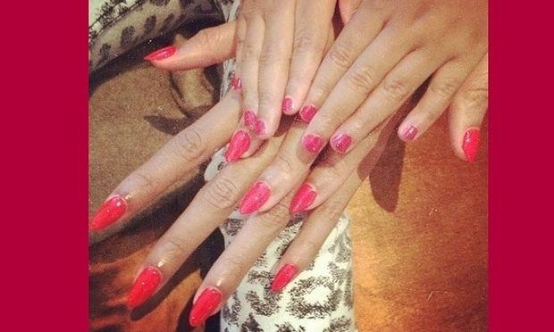 Πασίγνωστη μαμά έβαψε τα νύχια της κόρης της το ίδιο χρώμα με τα δικά της! (εικόνες)