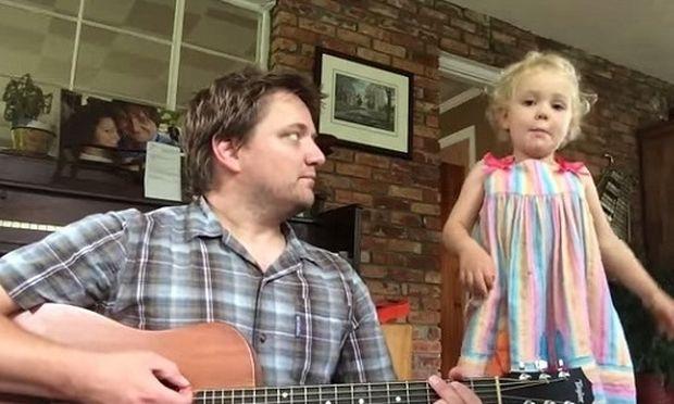 Δεν έχετε δει πιο τρυφερό βίντεο! Μπαμπάς τραγουδάει με την 4χρονη κόρη του