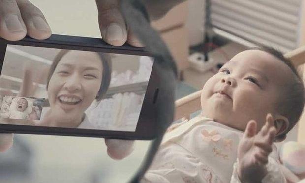 Η δύναμη της αγάπης! Ο μπαμπάς που έκανε το μωρό του να σταματήσει να κλαίει και εμάς να δακρύσουμε! (βίντεο)