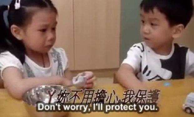 Πόσο τρυφερό! Το κοριτσάκι βρήκε παρηγοριά στον ώμο του συμμαθητή της (βίντεο)