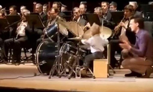 Απίστευτο! Αυτός ο τρίχρονος ντράμερ τα... σπάει και όλη η ορχήστρα ακολουθεί! (βίντεο)