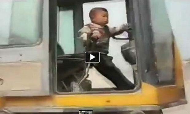 Πεντάχρονος οδηγεί μπουλντόζα σαν επαγγελματίας! (βίντεο)