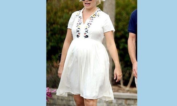 Έχετε δει πιο κομψή ετοιμόγεννη; Οι στυλίστες την θεωρούν την πιο καλοντυμένη έγκυο! (εικόνες)