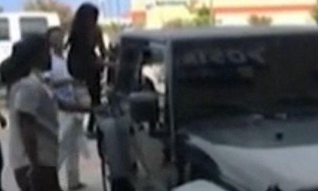 Αφησε τα παιδιά της στο αυτοκίνητο με κλειστά τα παράθυρα για να κουρευτεί! Πανικόβλητοι περαστικοί τα έσωσαν σπάζοντας τα τζάμια (εικόνες, βίντεο)