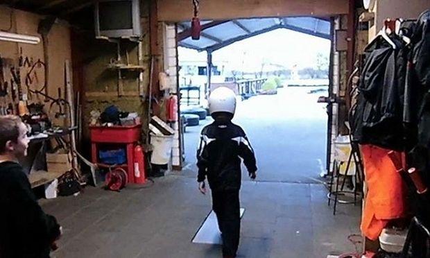 Γεννημένος ραλίστας! Δείτε πώς παρκάρει το gokart του αυτός ο πιτσιρικάς (βίντεο)