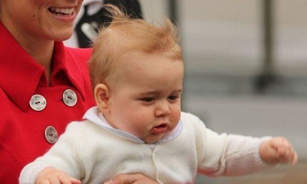 Περπάτησε μόνος του ο πρίγκιπας Τζόρτζ πριν τα πρώτα του γενέθλια! (φωτογραφία)