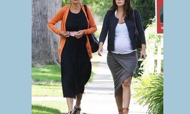 Διάσημη ηθοποιός κάνει βόλτα με τη μαμά της και μας δείχνει τη φουσκωμένη της κοιλίτσα! (εικόνες)