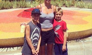 Πόσο μεγάλωσαν τα αγόρια της! Τα πήρε και πήγανε στην Ντίσνεϊλαντ (εικόνα)
