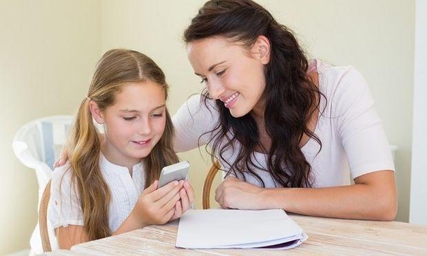 «Αγόρασα κινητό στο παιδί μου για να το ελέγχω καλύτερα»: Μια απόφαση που οι γονείς πρέπει να σκεφτούν καλά