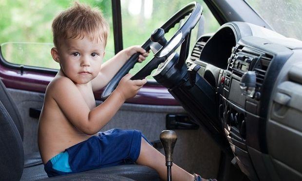 Απίστευτο! Τρίχρονος πήρε το αυτοκίνητο των γονιών του, το τράκαρε και γύρισε στο σπίτι να δει παιδικά! (φωτογραφίες, βίντεο)